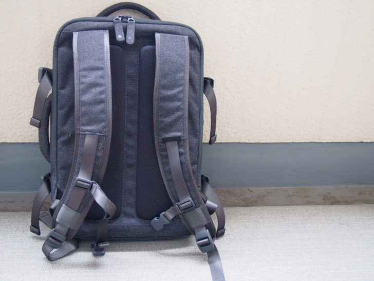 Incase「EO TRAVEL BACKPACK」を背面から見た