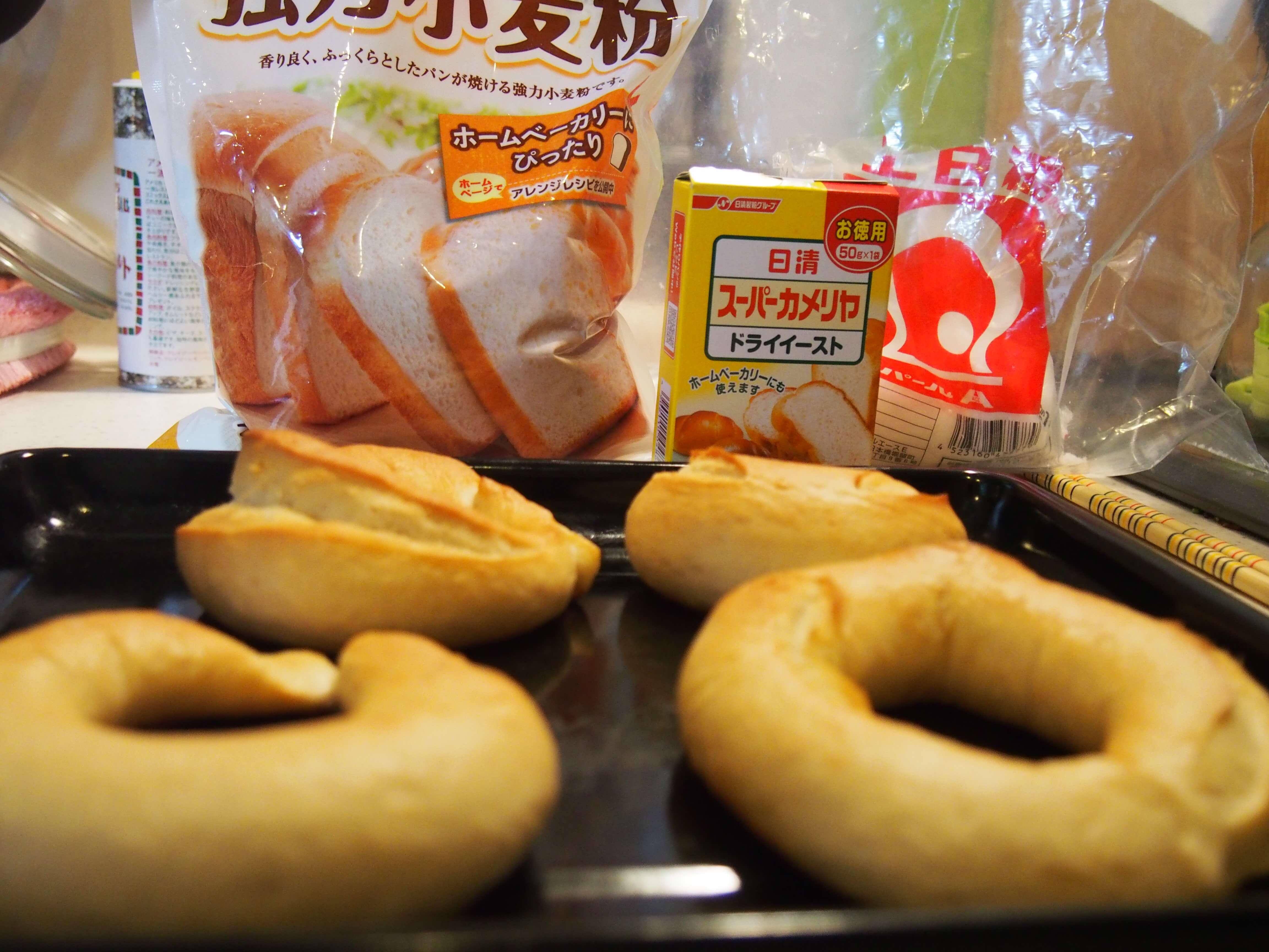 パンの材料と完成物