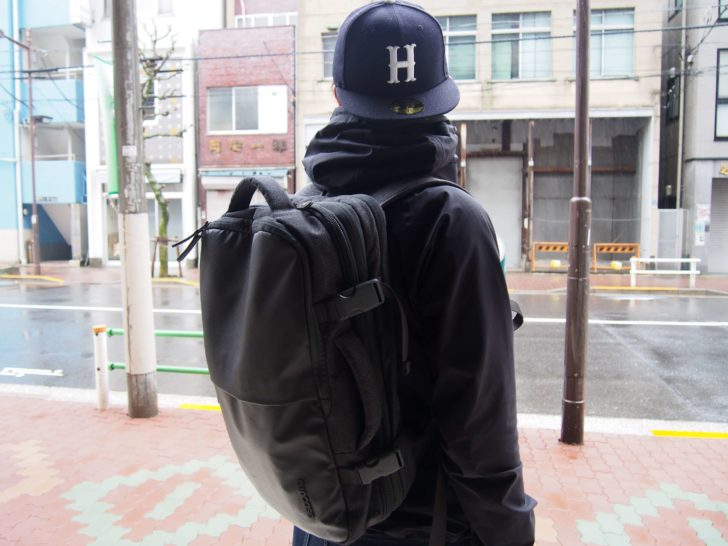 INCASEのEO TRAVEL BACKPACK横から
