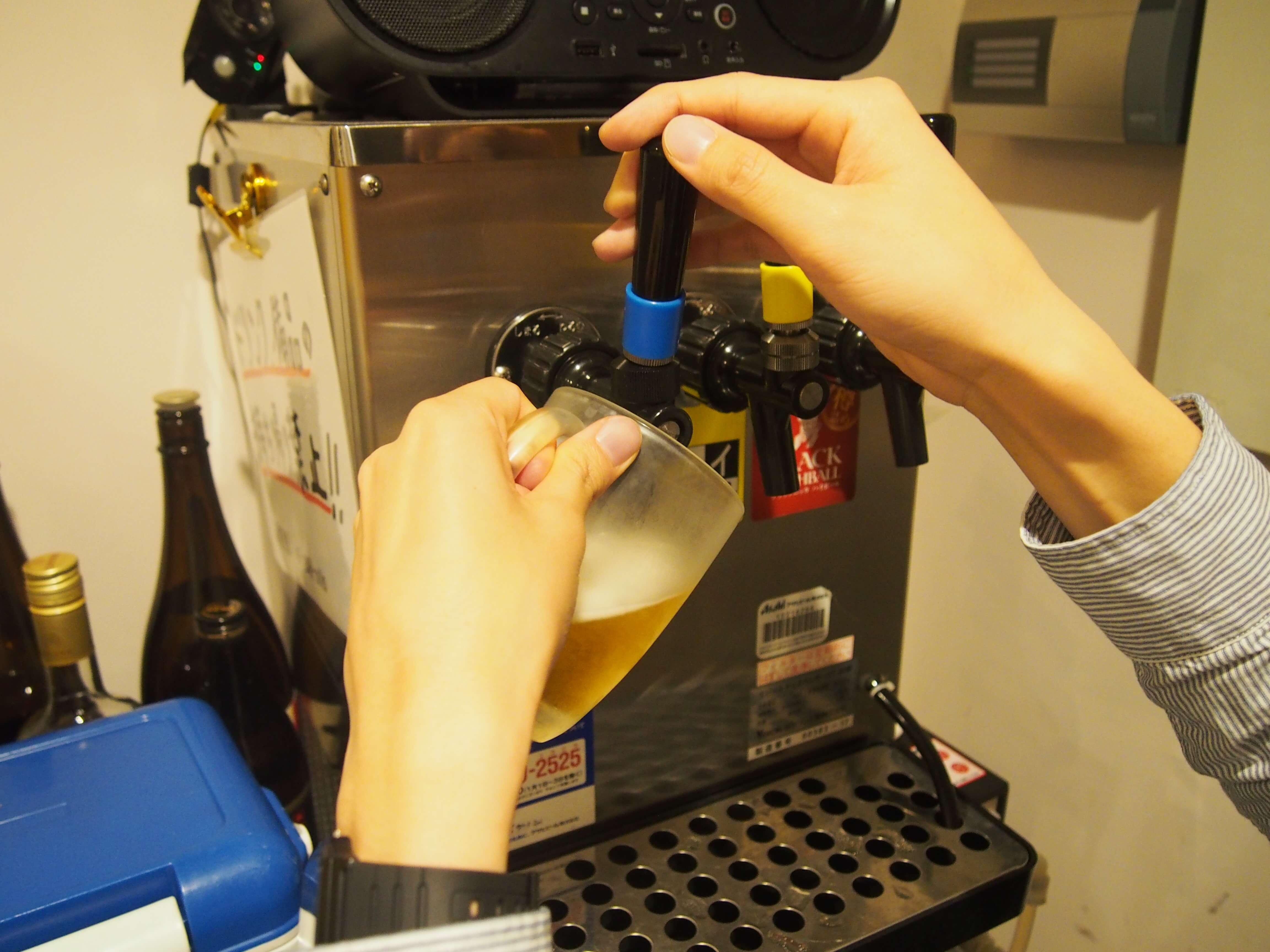 焼肉ヒロミヤは自分でビールを注ぐ