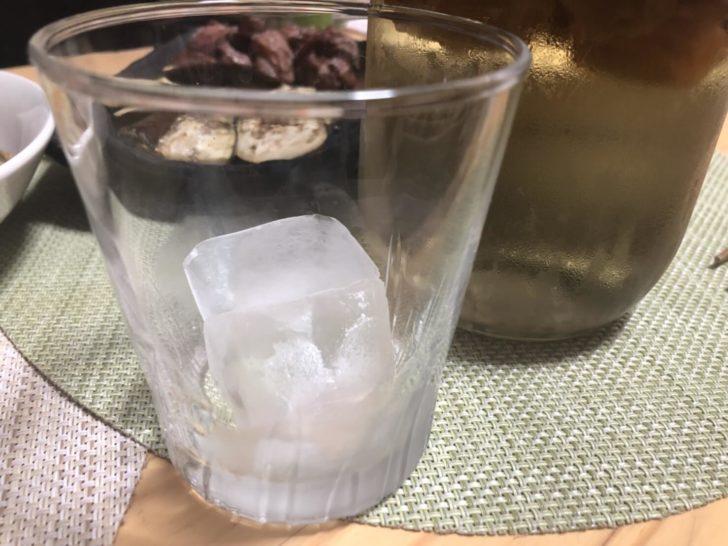 ロックグラスに氷を入れて