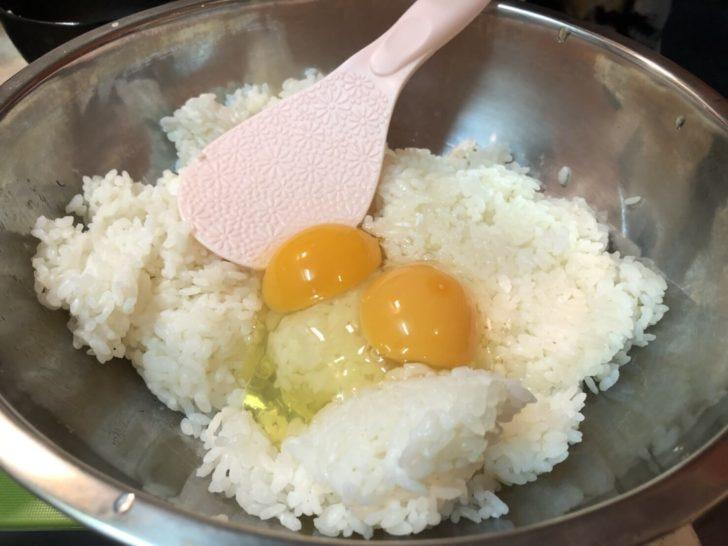 冷やご飯と生卵を混ぜる