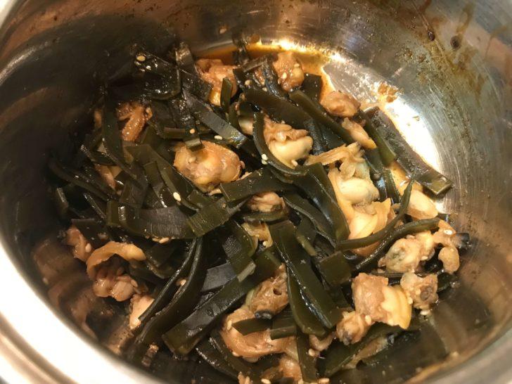 鍋に調味料を加えて煮焼きする