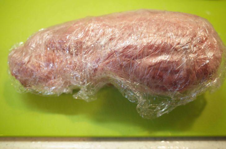 キッチンペーパー・ラップで牛タンを包んで保存する