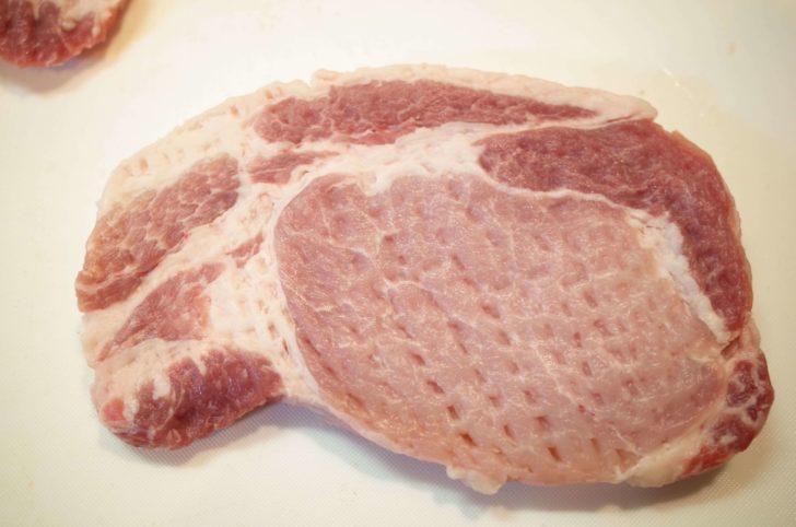ボコボコに叩かれた豚ロース肉
