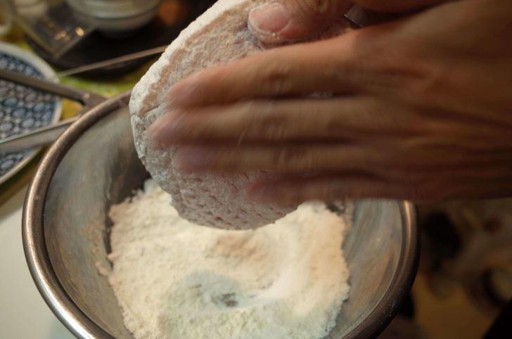 つけた小麦粉をしっかりはたく
