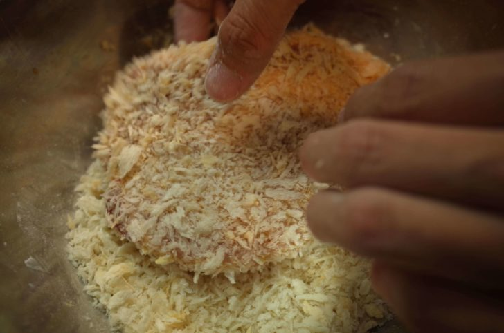 パン粉をしっかりつける